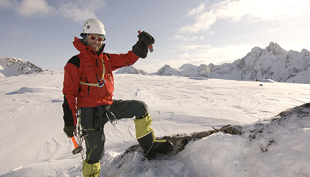Helge Kåsin taking rock samples. Photo: Endre Før Gjermundsen